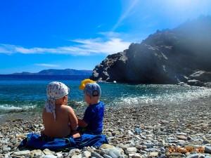 Czarter w Grecji z dziećmi - na kamienistej plaży