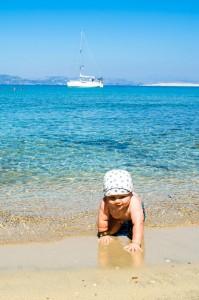 Czarter w Grecji z dziećmi - piaszczysta plaża na Aeginie