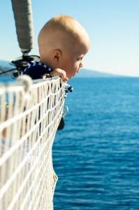Czarter w Grecji z dziećmi - siatka na relingi jest niezbędna