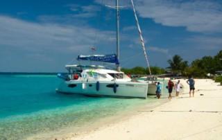 czarter katamaranu na Malediwach - cumowanie na plaży