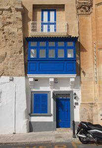 Czarter-jachtow-na-Malcie - barwne balkony i drzwi