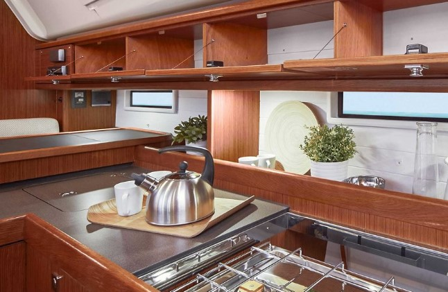 Szafki i półki w jachtowej kuchni na Bavarii Cruiser 51 są pojemne