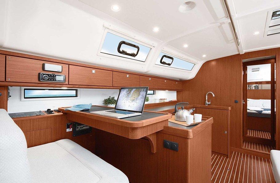 Bavaria Cruiser 51 - stół nawigacyjny