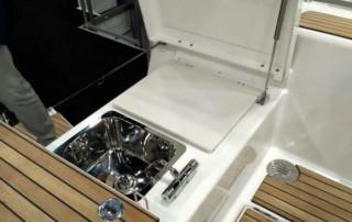 Grill + zlew na rufie - nowy trend na jachtach czarterowych (Fot. M. Koczewska)