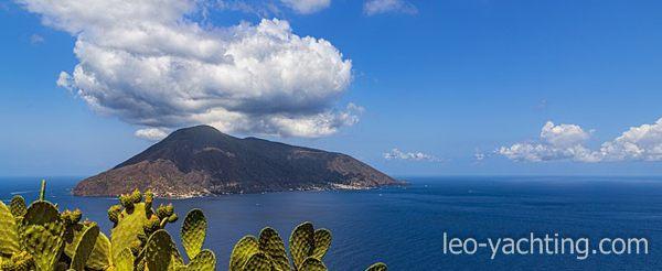 Czarter jachtów Sycylia - czynny wulkan Stromboli