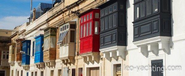 Czarter na Malcie - balkony typowe dla maltańskich miast