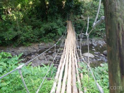 Wiszący most na drodze do wodospadu - czarter na Karaibach, Chateaubelair