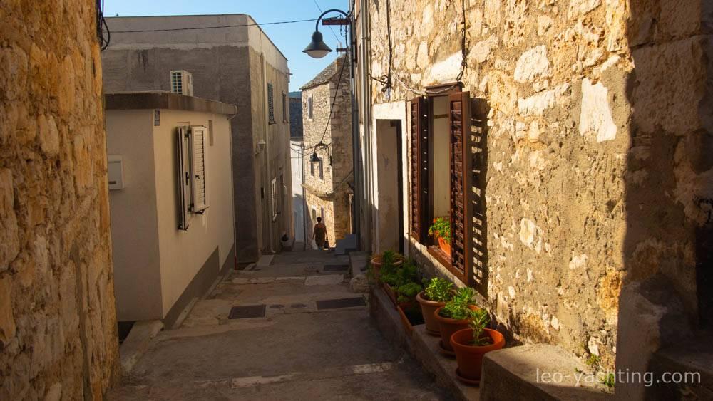 Czarter w Chorwacji - zacienione uliczki nadmorskich miasteczek