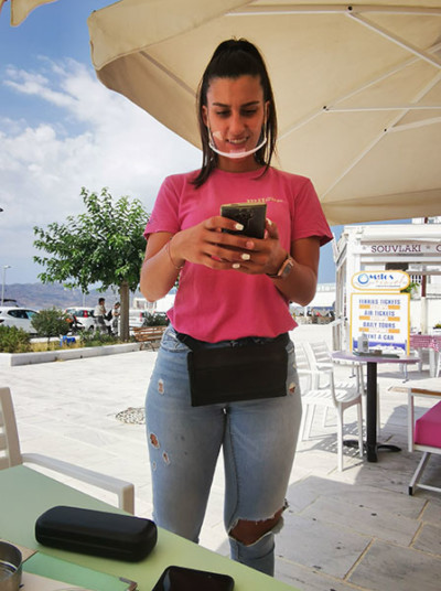 kelnerka w masce - Grecja