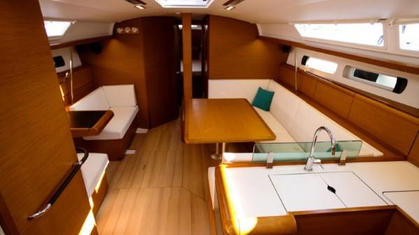 Jacht Sun Odyssey 449 - widok na mesę i kambuz