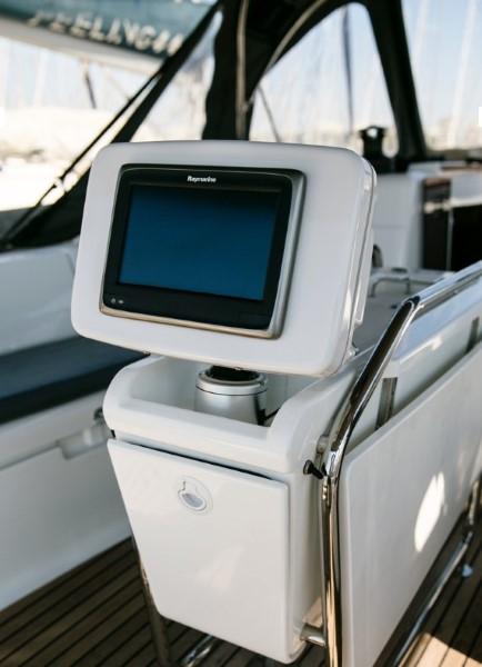 Jacht Sun Odyssey 449 - stół w kokpicie i ploter map