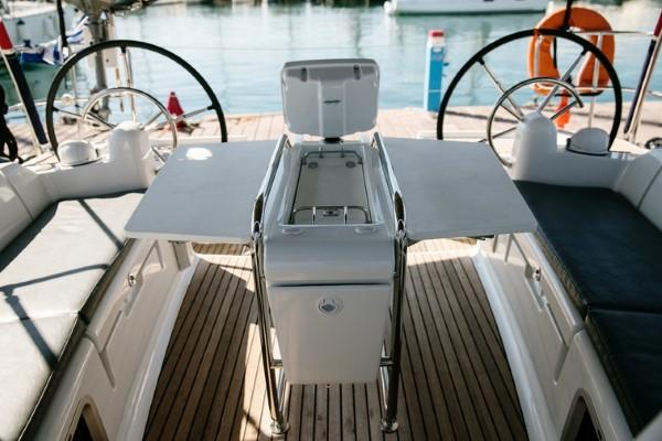 Jacht Sun Odyssey 449 - stół w kokpicie