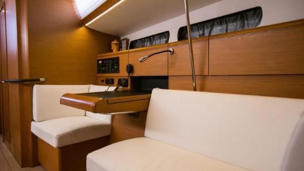 Jacht Sun Odyssey 449 - stolik nawigacyjny