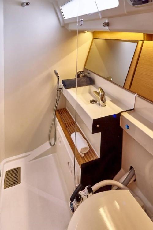Jacht Sun Odyssey 440 - łazienka