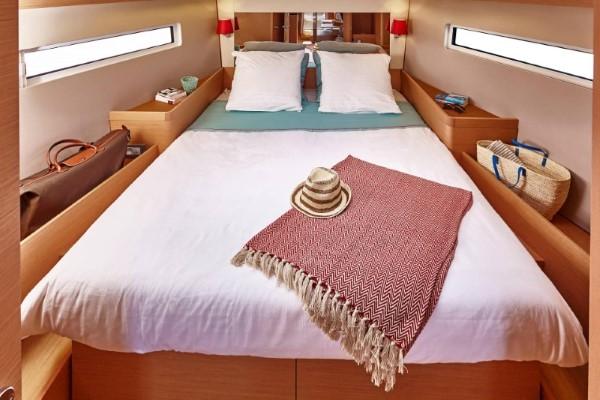 jacht Sun Odyssey 440 - obszerna kabina dziobowa w wersji 3-kabinowej